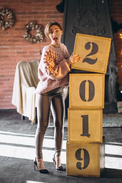 ボックス2019クリスマスのそばに立っている女性 無料写真