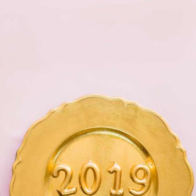 2019黄色のプレートのキャンドルからの碑文 無料写真
