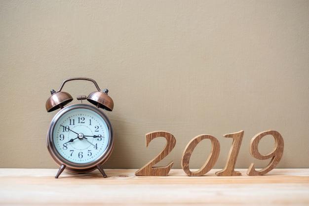 レトロな目覚まし時計と木製の番号が付いている2019年の新しい年 Premium写真