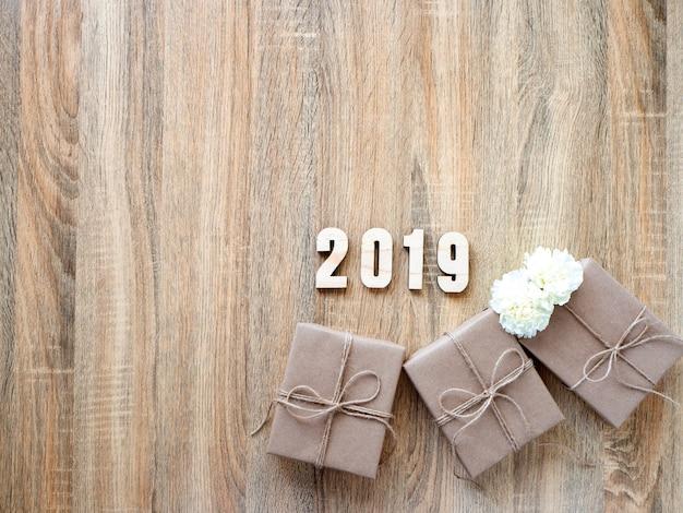 幸せな新しい年2019木製のギフトボックスで装飾 Premium写真