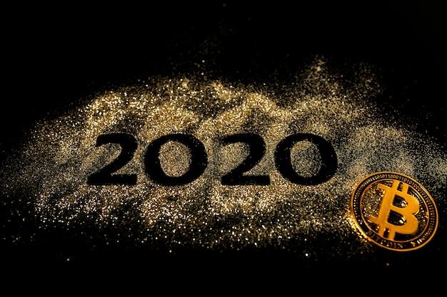 明けましておめでとう2020。数字の2と0のクリエイティブコラージュは、2020年を作りました。美しい輝く黄金の数字2020と黒のビットコイン Premium写真