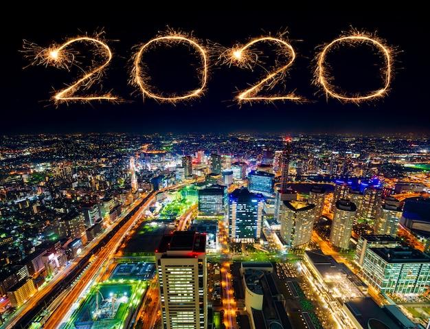 Фейерверк «счастливый новый год 2020» над ночным городом иокогама, япония Premium Фотографии