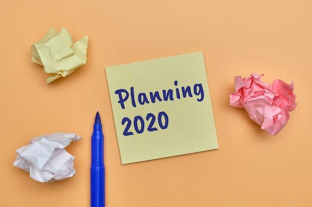 Абстрактное рукописное планирование до 2020 года как концепция списка действий, подлежащих выполнению. Premium Фотографии