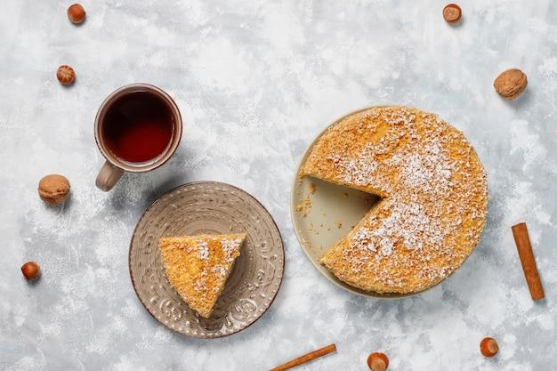 2020年のキャンドルと灰色のコンクリートにお茶のカップとキャロットケーキ 無料写真