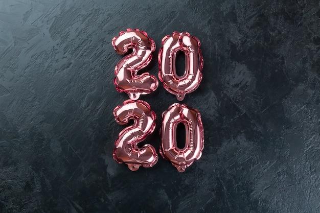 ピンクの数字2020黒背景。 Premium写真