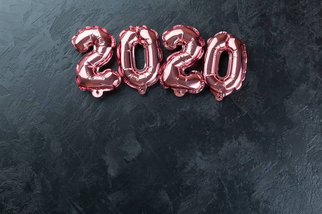 Розовые цифры 2020 черный фон. Premium Фотографии