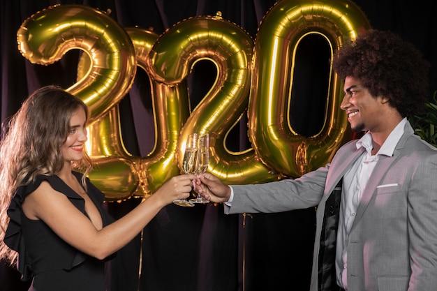 新年の2020年を乾杯する横向きの人々 無料写真