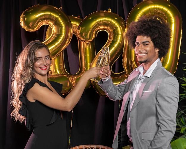 新年の2020年を乾杯するサイドビューの人々 無料写真