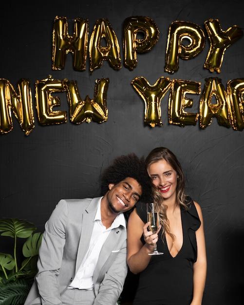 かわいいカップルと新年あけましておめでとうございます2020風船 無料写真