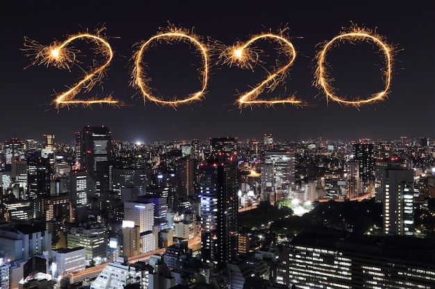 夜、日本の東京都市景観上の2020新年あけましておめでとうございます花火 Premium写真
