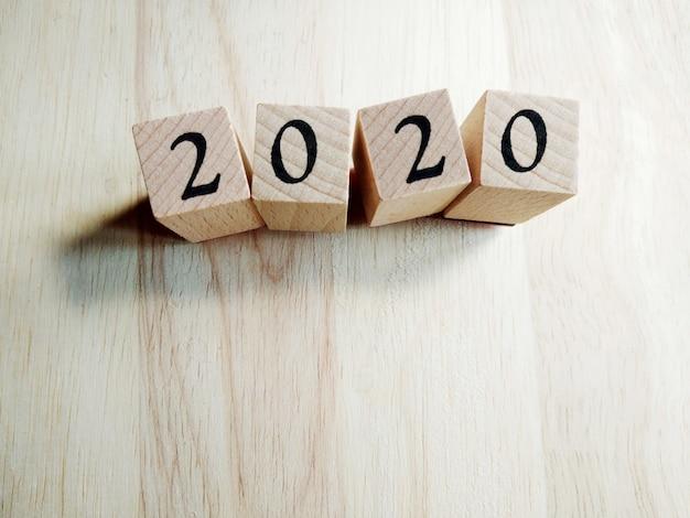 2020 текст новогодняя открытка шаблон на деревянных кубиков на деревянных Premium Фотографии