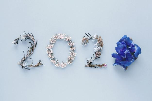 ピンクの背景に自然の葉と花から作られた2020 Premium写真