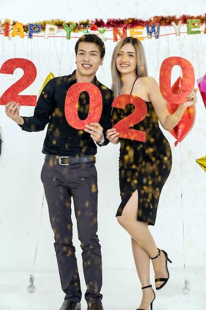 カップルが2020年のパーティーを祝う Premium写真