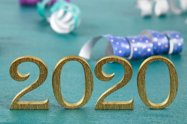 金の木製文字で書かれた幸せな新年2020 Premium写真