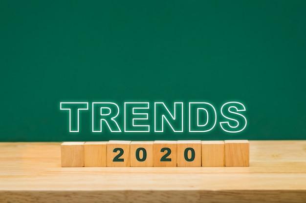 緑の黒板とテーブルの上の木製キューブブロックのトレンド2020年アイデア Premium写真