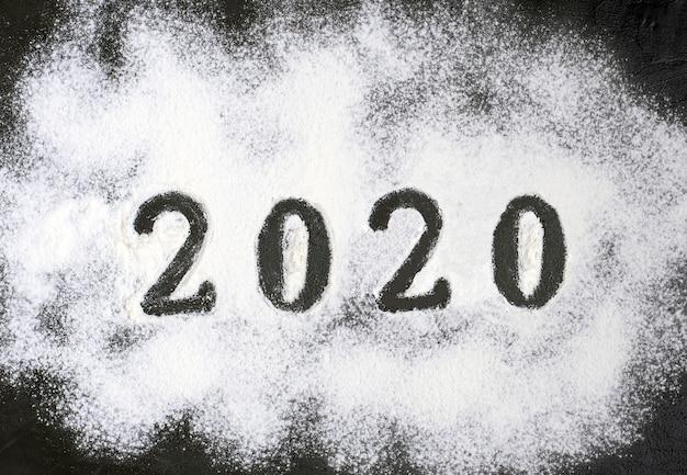 2020 текст с мукой с украшениями на черном фоне. Premium Фотографии