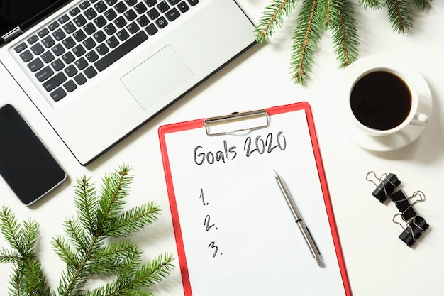 Офисное рабочее место с ноутбуком и списком целей 2020 Premium Фотографии