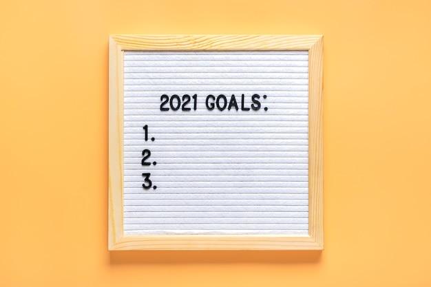 2021 goals motivational quote on message felt board Premium Photo