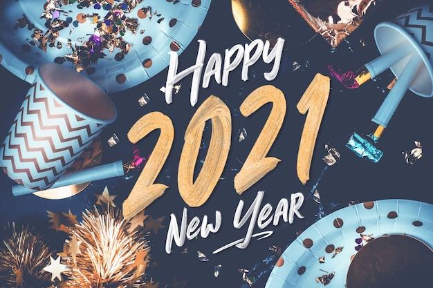 С новым годом 2021 мазок кисти руки на мраморном столе с чашкой для вечеринок, воздуходувкой, мишурой, конфетти Premium Фотографии