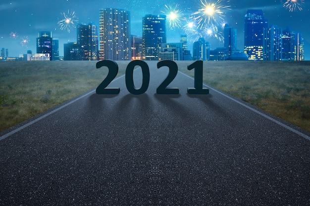 2021 년 밤에 거리에서 2021 년 새해 복 많이 받으세요 프리미엄 사진