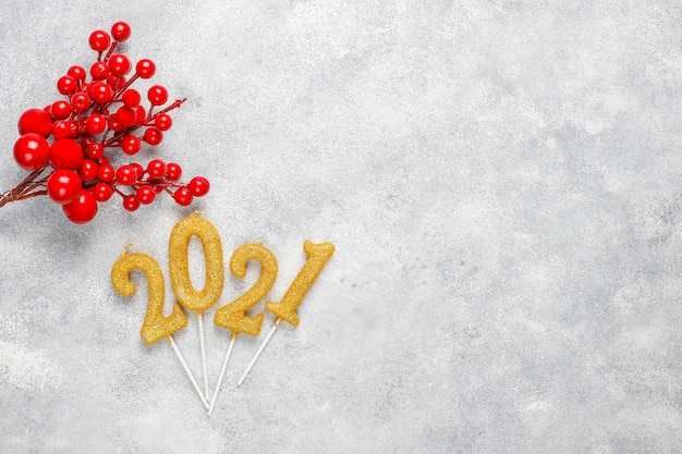 2021 년 촛불으로 만든 새 해 축 하 개념입니다. 무료 사진