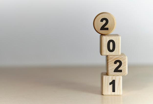 2021 год на деревянных кубиках на градиентном фоне Premium Фотографии
