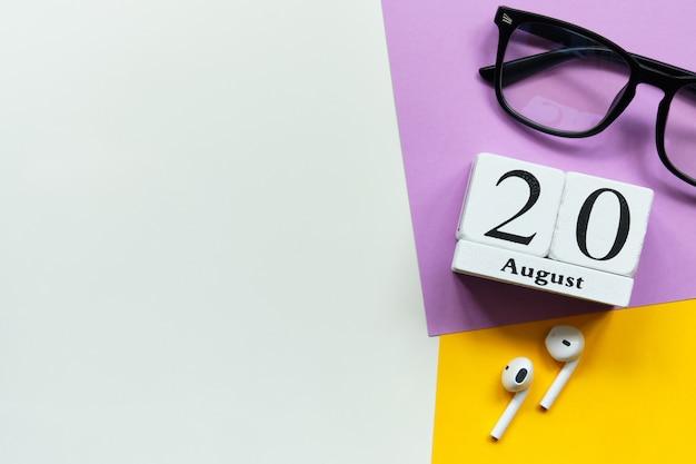 Концепция календаря месяца двадцатого августа двадцатый день на деревянных блоках с копией пространства Premium Фотографии
