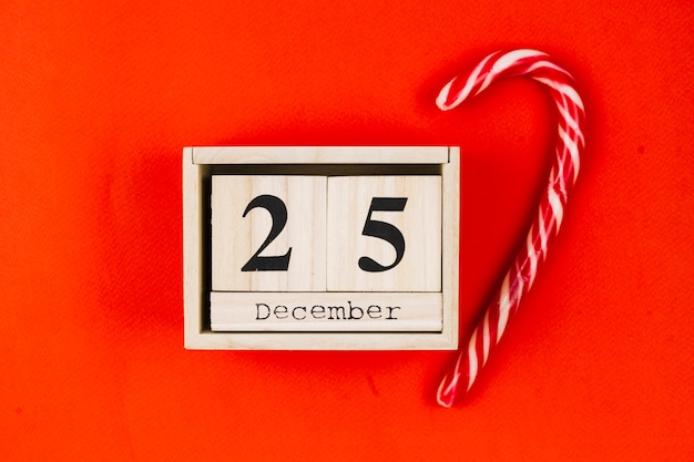 25 december inscription on wooden blocks with candy cane Free Photo
