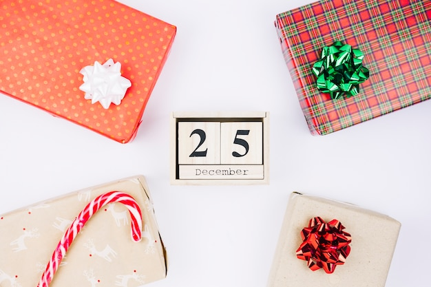 25 december inscription on wooden blocks with gifts Free Photo