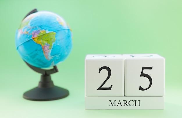 Планировщик деревянный куб с числами, 25 числа месяца марта, весна Premium Фотографии