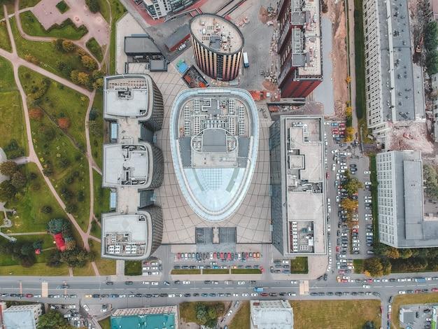 26.07.2019サンクトペテルブルク、ロシア-ガラスの超高層ビルのビジネスセンター、銀行、中央塔、ホテルとレストランの複合体の2つの建物の空中写真。 Premium写真