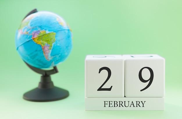 Планировщик деревянный куб с числами, 29 числа месяца февраля, зима Premium Фотографии