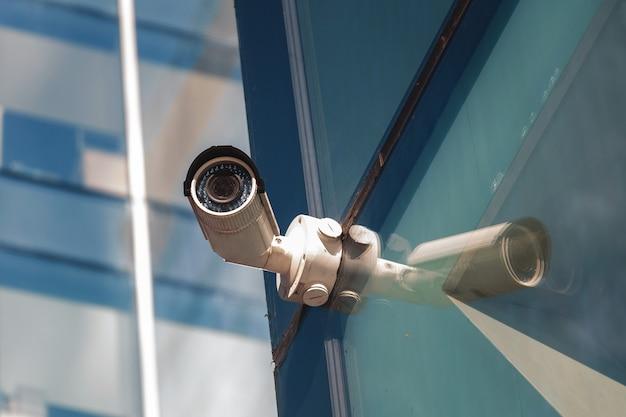 近代的なオフィスビルの入り口にあるセキュリティ監視システム。ビデオ監視の2台のカメラ。 Premium写真