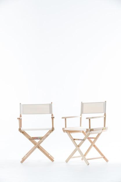 白の椅子2脚。 Premium写真