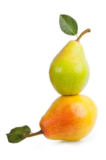 葉と水で2つの梨が分離された水滴します。 Premium写真