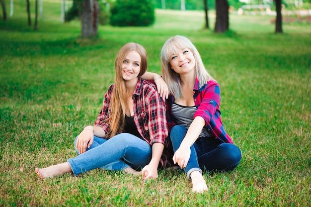 屋外楽しんで2人の美しい若い女性 Premium写真