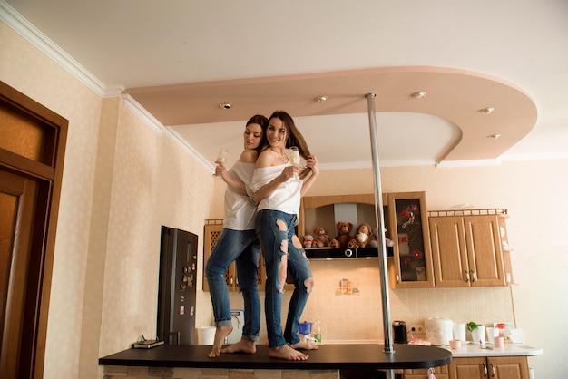 2つの若い美しい笑顔のガールフレンドやカジュアルな服装の姉妹 Premium写真