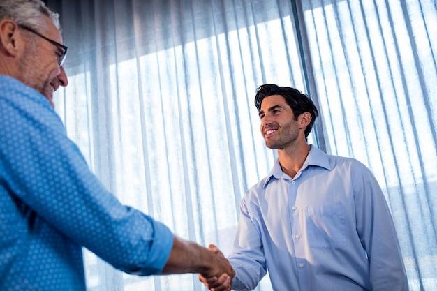 握手を与える2人のビジネスマン Premium写真