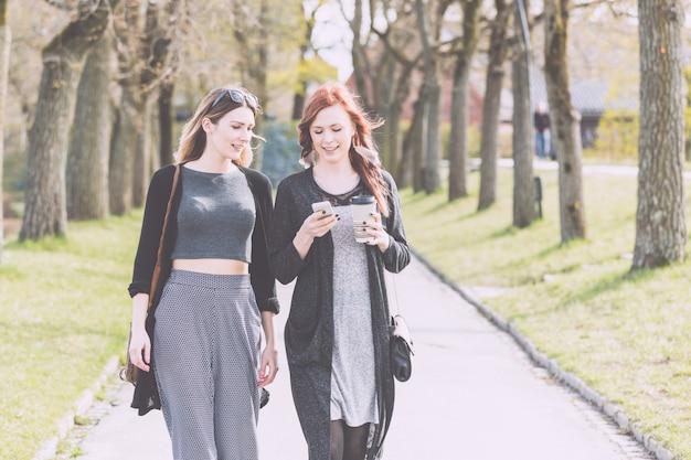 オスロの公園を歩いて2人の美しい北欧の女の子 Premium写真