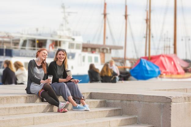 オスロ港での生活を楽しんでいる2人の美しい北欧の女の子 Premium写真