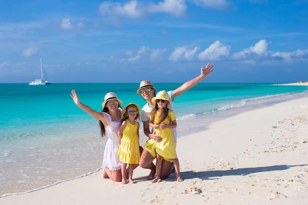 カリブ海の休暇に2人の子供を持つ若い美しい家族 Premium写真