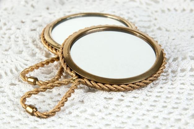 2つのヴィンテージ真鍮の手鏡 Premium写真