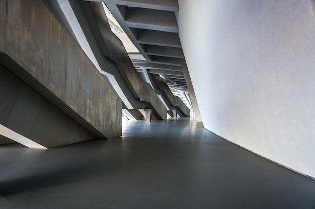 日光の下で石レンガの壁の真ん中に空気にぶら下がっている金属製の手すりと2階 Premium写真