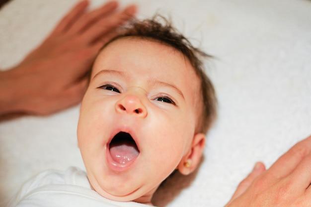 2ヶ月寝ている赤ん坊の女の子 無料写真