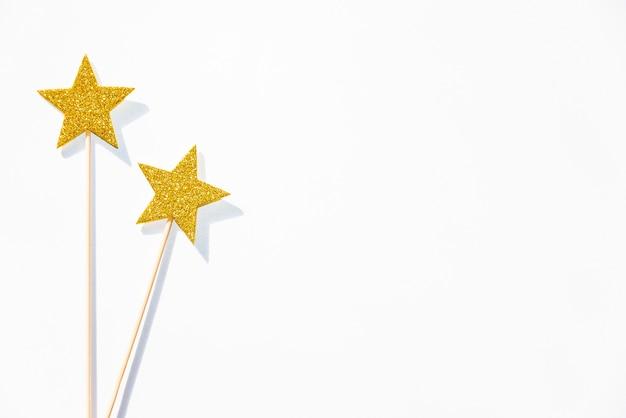 2 палочки золотых партии волшебных на белой предпосылке. Premium Фотографии