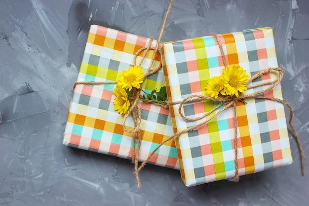 セラミックプレートに黄色の花の装飾が施された2つのハート形の蜂蜜ケーキ 無料写真