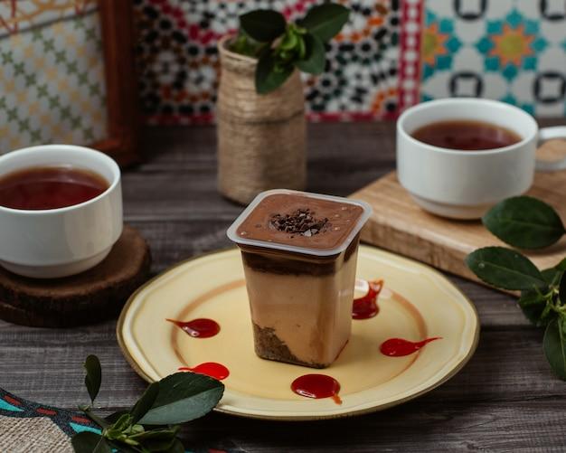 紅茶2杯とカップのチョコレートクリームのムース 無料写真