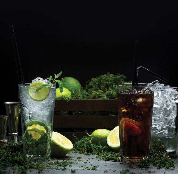 フルーツシロップとアイスキューブの冷たい夏のカクテルを2杯 無料写真