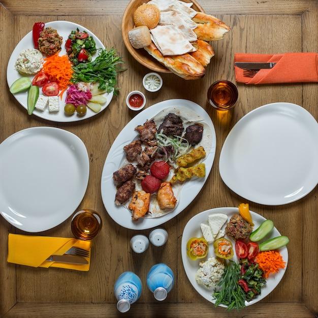 2人のための食物でセットされたトップビュー夕食テーブル。 無料写真
