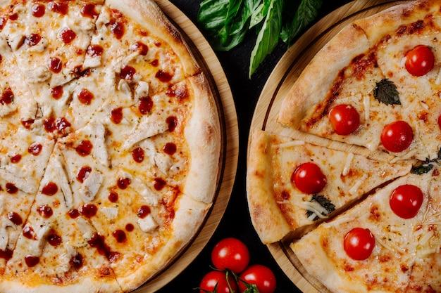 チェリートマトとペパロニの2つの異なるピザ。 無料写真